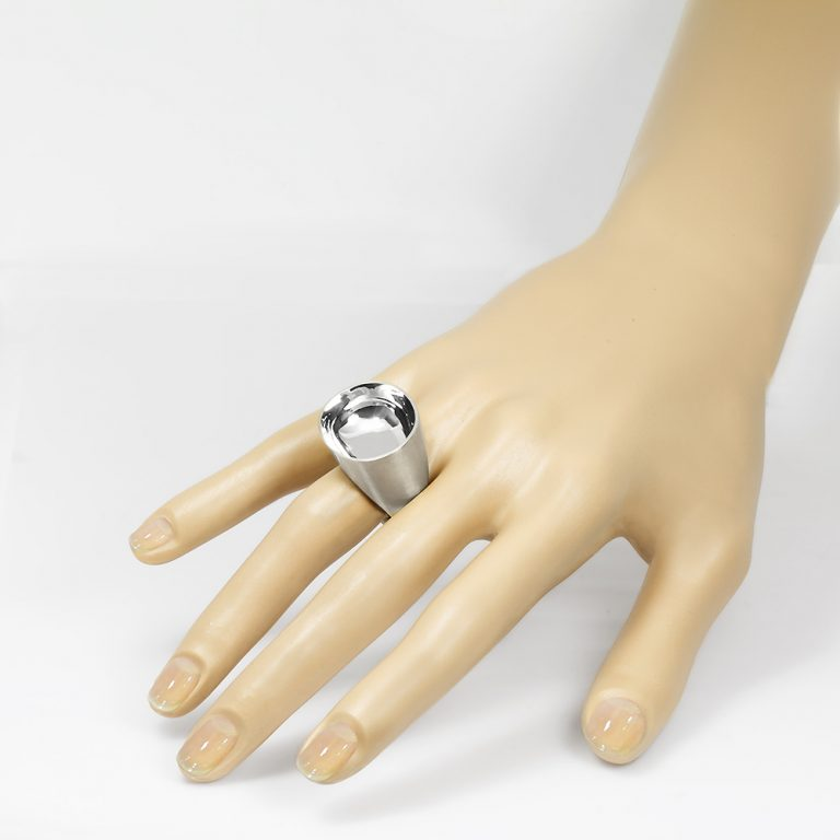 The Saarinen ring from The Modernists collection is handmade by Julie Bégin using sterling silver.