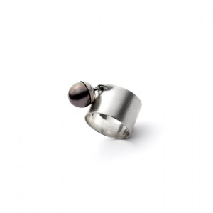 The Juhl ring from The Modernists collection is handmade by Julie Bégin using pure sterling silver and a genuine Tahitian pearl.