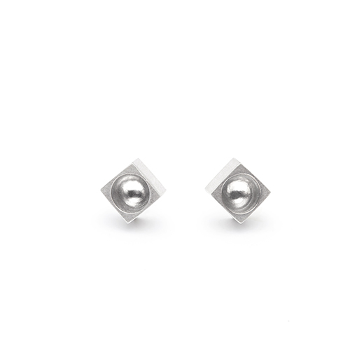 The Kahn earrings from The Modernists collection are handmade by Julie Bégin using pure sterling silver.
