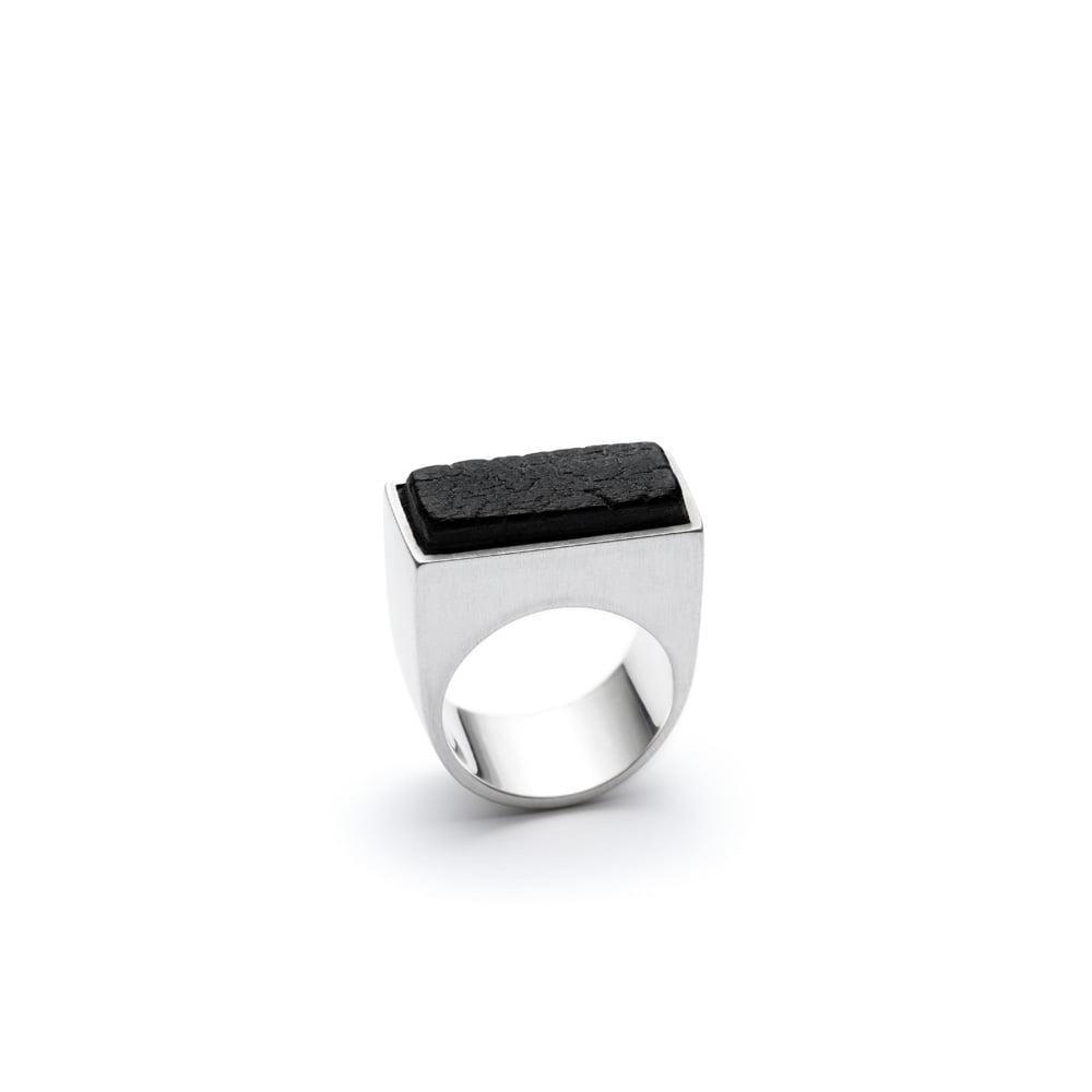 El anillo Scorched de la colección Shou Sugi Ban, hecho a mano por Julie Bégin con plata esterlina y madera carbonizada a mano.